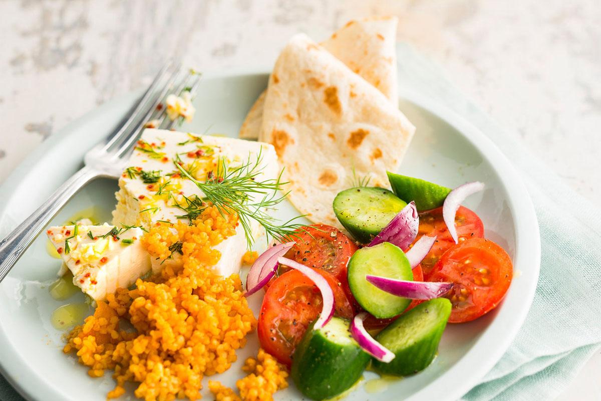 Sattesser-Salat mit Bulgur und Schafskäse