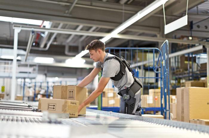 Exoskelette: für Entlastung beim Kommissionieren und Verpacken
